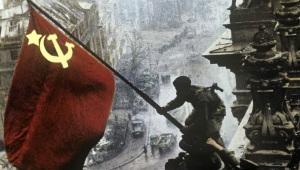 soldat-sovietique-hissant-son-drapeau-sur-le-reichstag1